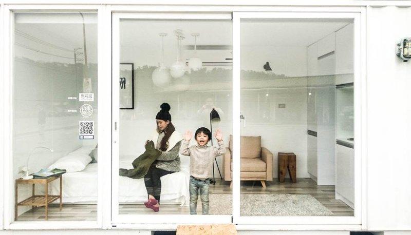 小朋友開心地在展示的貨櫃屋中遊玩。(圖/易可居@facebook)