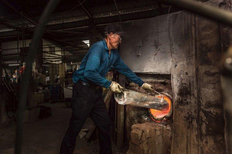 在深黑的夜,司爐人替每一個坩堝每小時分批熔融。
