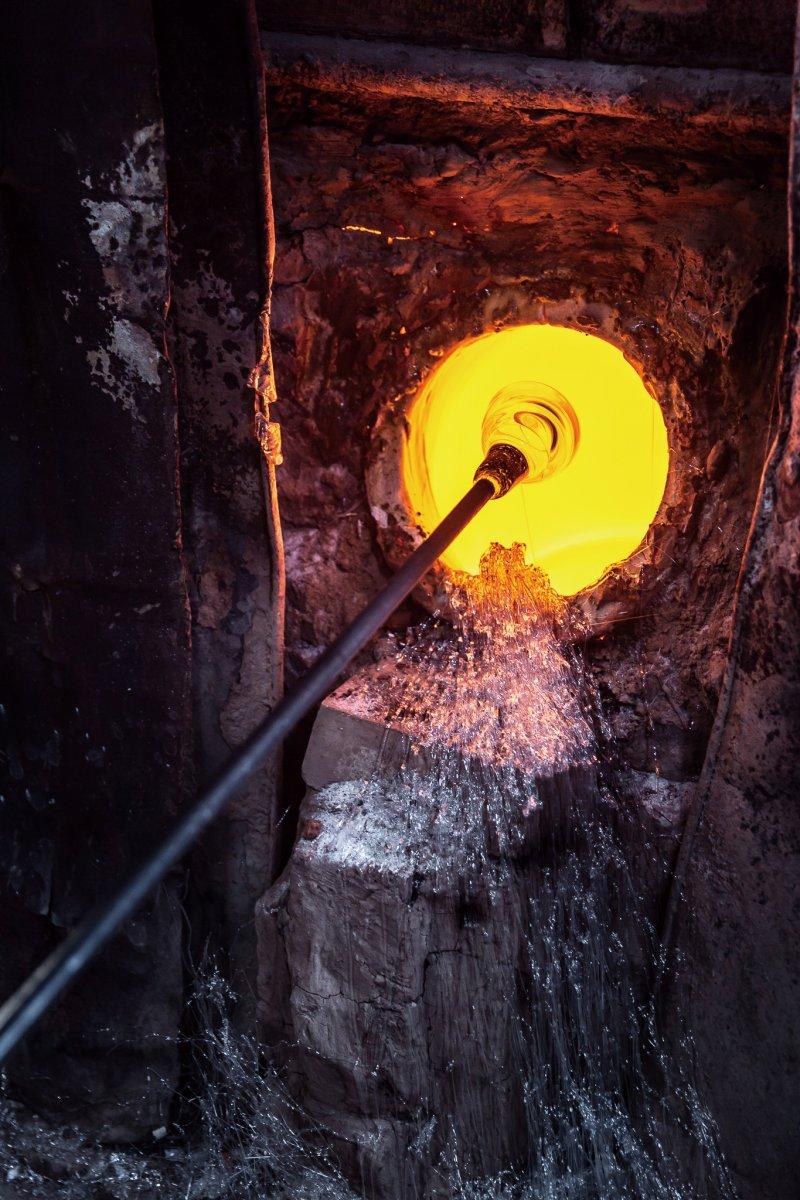 玻璃師傅耐著高溫,製作著傳統的窯口玻璃。