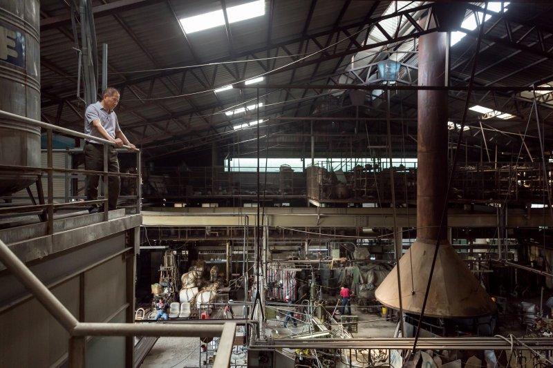 從利銓玻璃老闆邱文虎身上,能看到過去台灣生產玻璃的盛況。