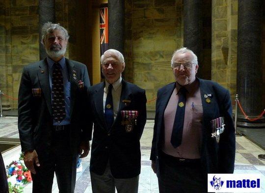 Lest We Forget,是澳洲人紀念ANZAC Day的詞句,希望大家不要忘記那段勇士們犧牲與奉獻的歷史。圖中是胸前掛滿戰爭勳章的澳洲不同世代退伍軍人。(圖/取自想想論壇)