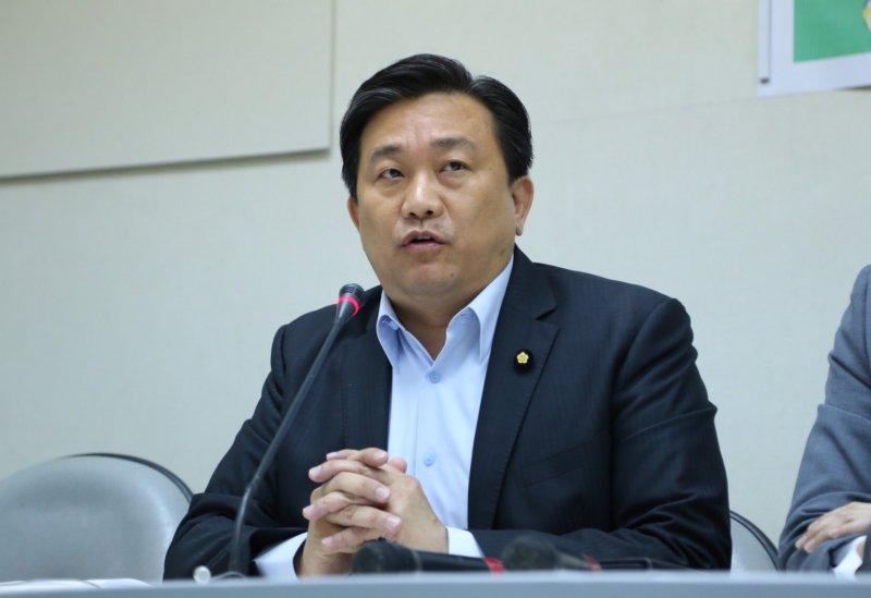 2016-08-23-是誰罩豐金記者會-立法委員王定宇-蔡耀徵攝