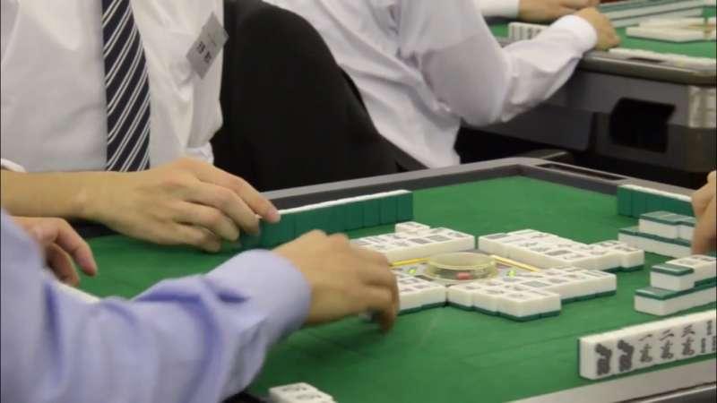 學生與其前去應徵的公司的員工一起打麻將,藉此展現自我,只為拿到offer。(圖取自Youtube)