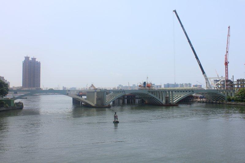 高雄輕軌愛河高架橋施工。(高市捷運局提供)