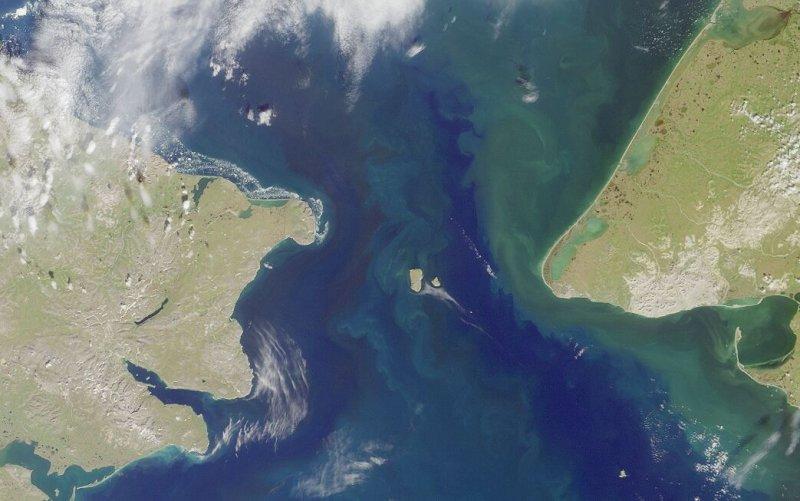 丹麥探險家白令橫渡白令海峽、抵達阿拉斯加。(維基百科)