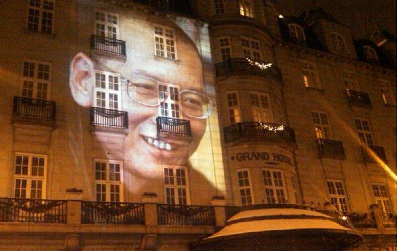 未能出席領獎的劉曉波的巨幅頭像投映在奧斯陸大酒店的正門外牆。(美國之音王南攝/維基百科)