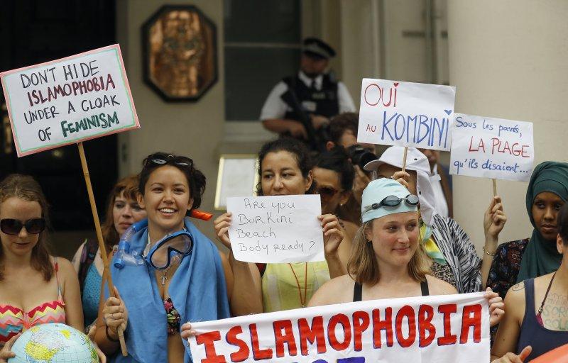 一群英國女性在法國駐英國大使館前開起泳裝趴,抗議法國強行禁止布基尼泳衣。(美聯社)