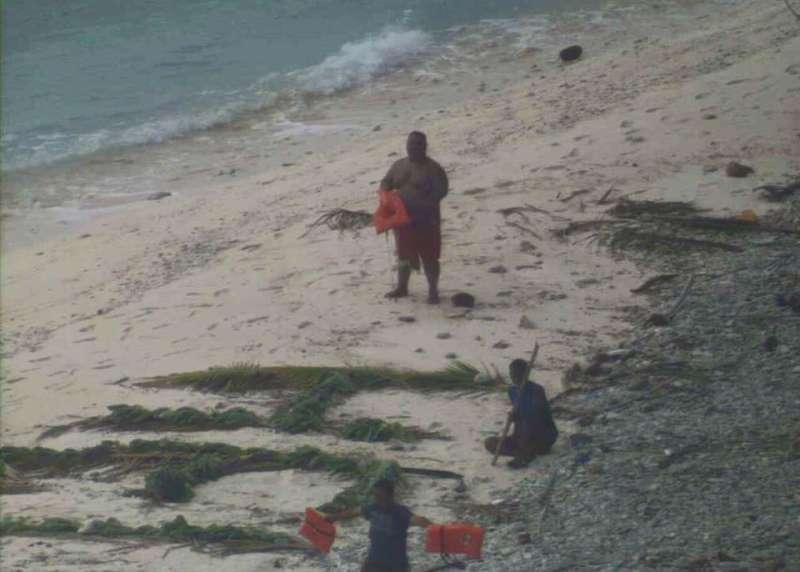 密克羅尼西亞聯邦(FSM)海域擁有近600座無人島,今年4月三名男子受困於「普拉普環礁」(Fanadik)上(取自USCG臉書)