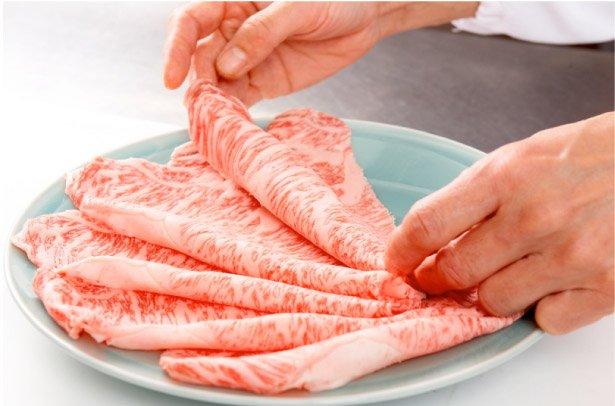 日本燒肉店人形町今半,不僅對醬料執著以外,更是以高標準在衡量店內的和牛的品質。(圖片來源:人形町今半官網)