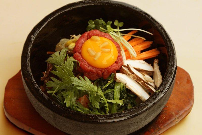 秘苑炭火燒除了燒肉美味外,他們的石鍋拌飯也是廣受好評的招牌菜,來訪必點看看喔!(圖片來源:秘苑炭火燒肉官網)