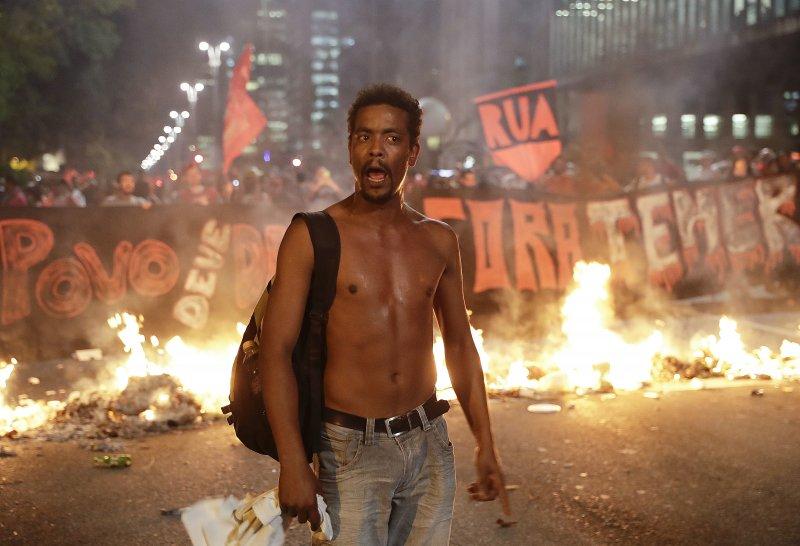 支持羅賽芙的巴西民眾在聖保羅街頭抗議。(美聯社)