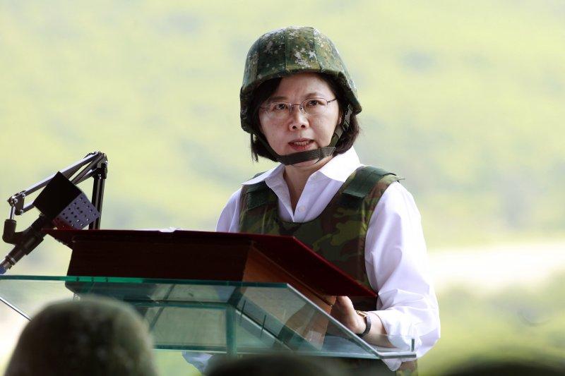 蔡英文以三軍統帥身份視察漢光32號演習。(美聯社)