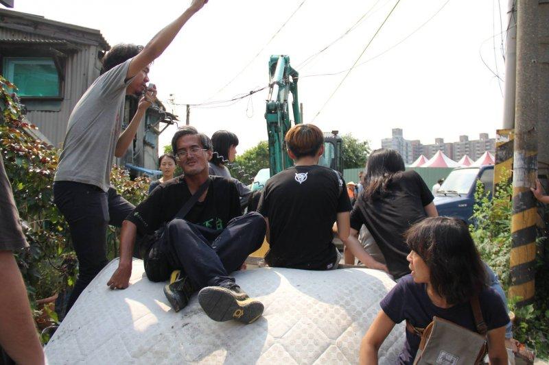 9月1日高雄果菜市場進行拆除,警力和怪手包圍強制進行拆除。(取自高雄果菜市場土地不義徵收住戶自救會)