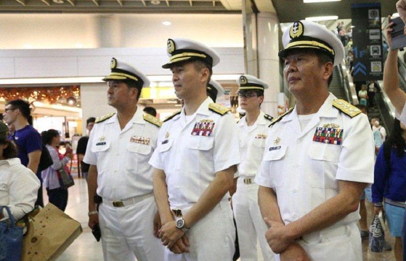 黃曙光(右)親自到板橋車站為海軍儀隊表演官兵打氣。(軍聞社)