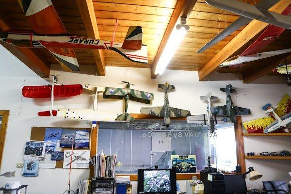 (圖說:走進天空飛行科技的辦公室,滿滿的都是各種型號的遙控飛機跟模型。照片來源:蔡仁譯攝影。)
