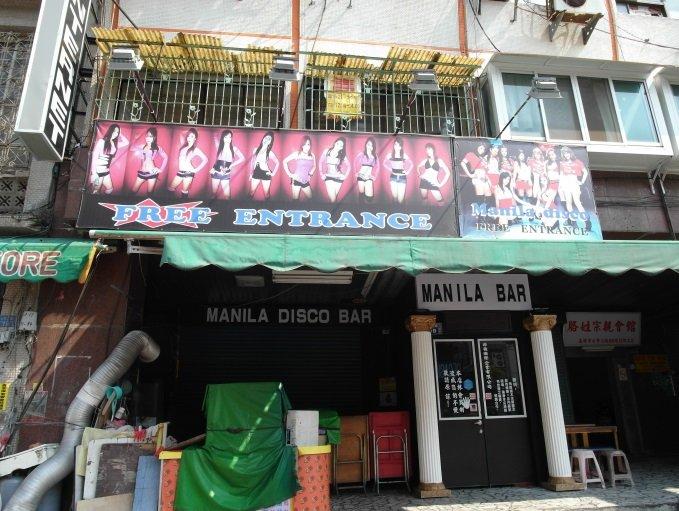目前碩果僅存幾間的七賢路酒吧,大多位於七賢路接近公園路口處,是屬於東南亞籍的酒吧女跟東南亞籍的客人的「夜店」。(陳奕齊攝)