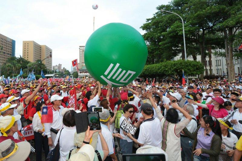 20160903-SMG0045-067-九三大遊行,遊行民眾在凱道聚集,推動綠色大球。(顏麟宇攝).jpg