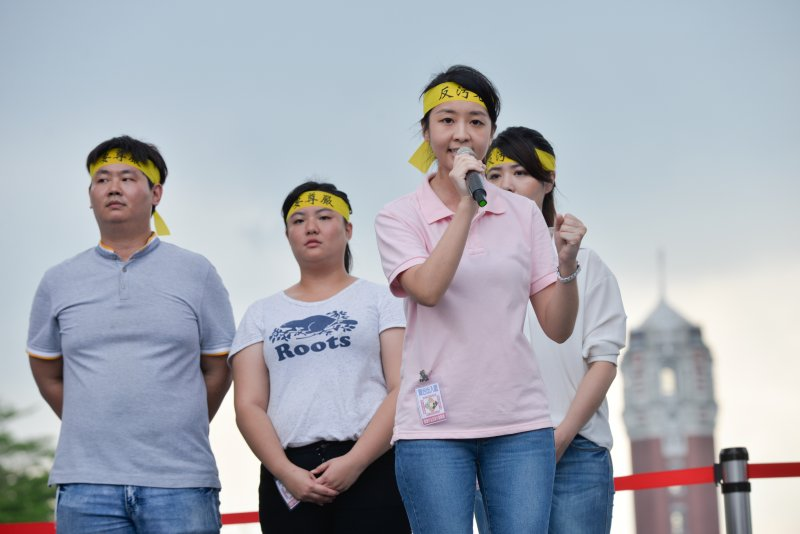 GD參加九三大遊行的青年代表吳佩諭(右)及蘇嘉正(左)。(甘岱民攝).JPG