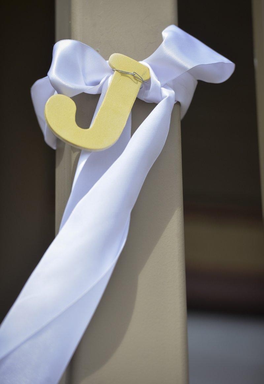 明尼蘇達州的街上到處可見白絲帶和J字標誌,紀念魏特林,並象徵反對兒童暴力。(美聯社)
