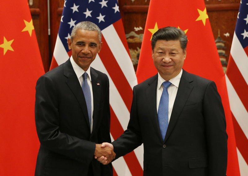 美國總統歐巴馬(左)與中國國家主席習近平(右)在中國杭州西湖國賓館會面,兩人握手合照。(美聯社)