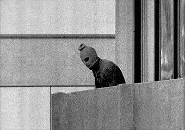 1972年9月5日,8名恐怖份子闖入慕尼黑奧運選手村綁架以色列代表團。(美聯社)