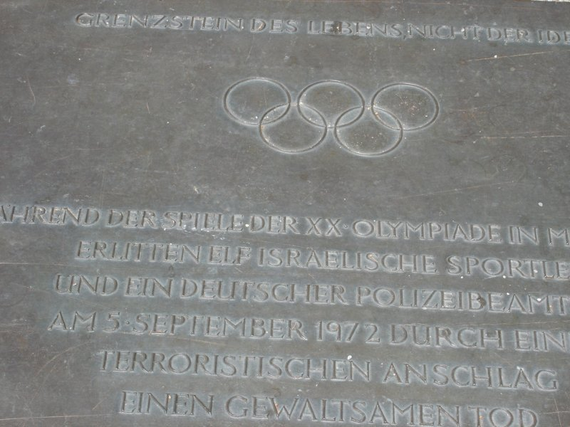 慕尼黑慘案紀念碑,設立於當年的奧運選手村內。(圖/Allie_Caulfield@flickr)