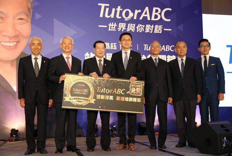 全台首例提供兩年300 堂真人線上互動課程與1000 堂線上公開課程,期盼為台灣警界及社會盡一份心意。(圖/TutorABC提供)