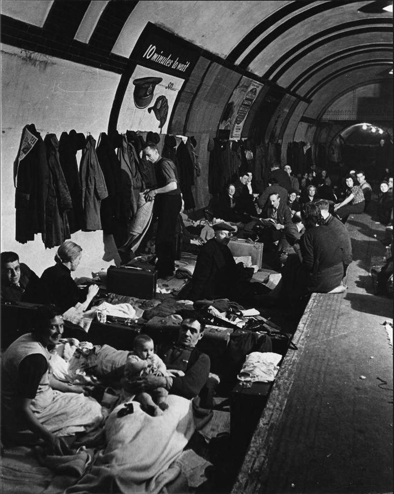 倫敦民眾疲於在奔命,乾脆睡在地鐵站躲避空襲。(維基百科/public domain)