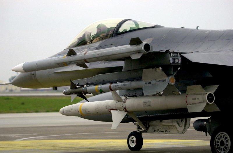 美國空軍隊F-16C戰鬥機,滿載的機翼上由上至下分別掛載了AIM-120、AIM-9與AGM-88三種用途不同的空射式飛彈。(取自維基百科,TSGT KEVIN J. GRUENWALD, USAF攝/CC BY 4.0)