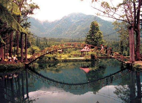 溪頭遊樂園裡最知名的大學池。(取自南投文化局)