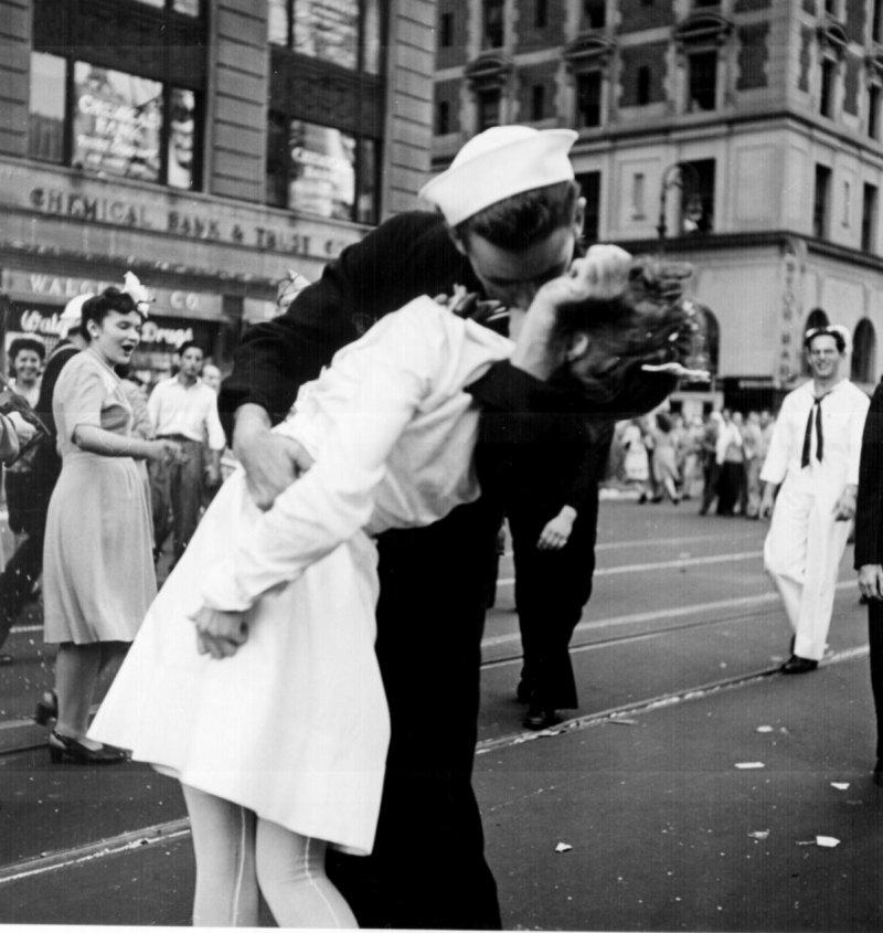 另一個版本的「時報廣場的勝利之吻」(Wikipedia / Public Domain)