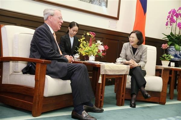 小英總統今在總統府接見即將卸任美國在台協會(AIT)主席薄瑞光,邀請他「能夠常常回來走走」。(總統府提供)