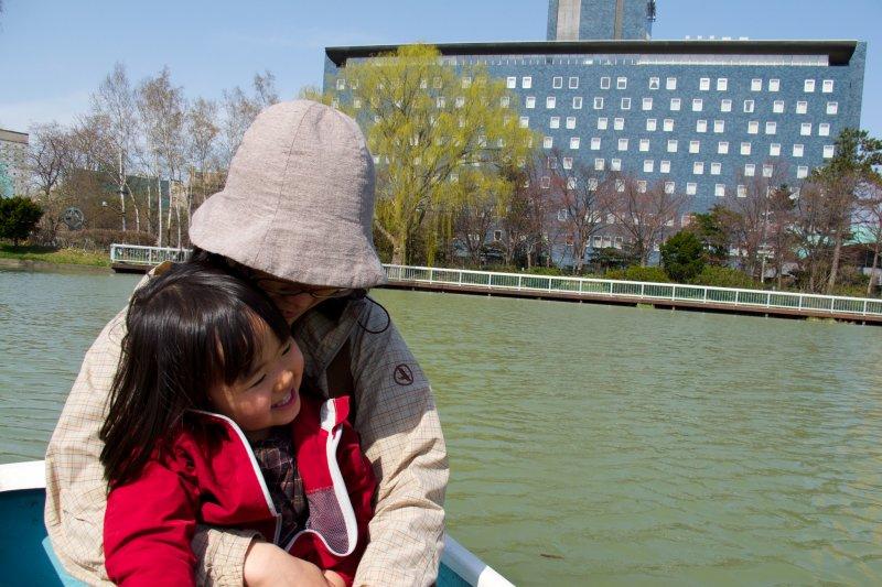 只需要在孩子們需要時,給他足夠的溫暖和擁抱。(圖/MIKI Yoshihito@flickr)