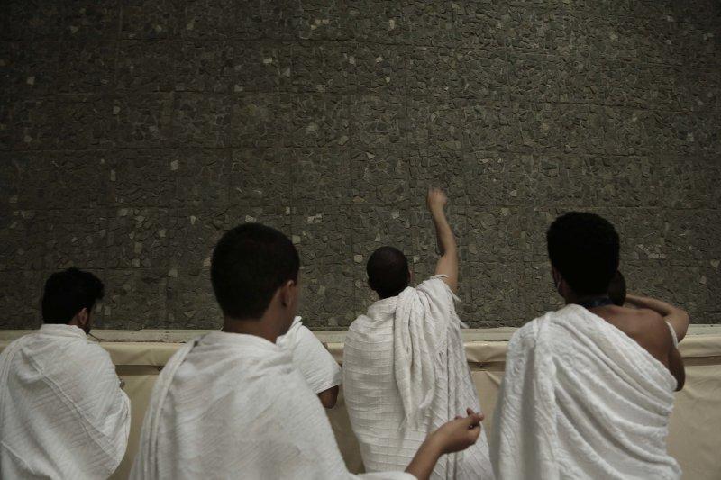 朝覲者正在進行「投石拒魔」儀式。(美聯社)