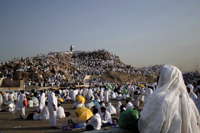 朝覲者在阿拉法特山冥想、祈禱。(美聯社)