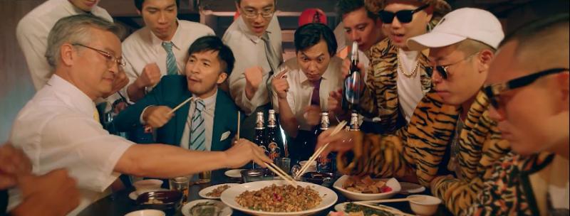 玖壹壹成軍七週年,重新拍攝的《打鐵》MV融合了台灣熱炒文化。(圖/翻攝自玖壹壹@youtube)