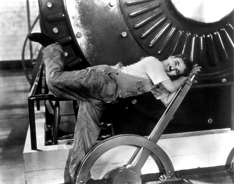 卓別林在電影《摩登時代》(Modern Times)裡的場景(取自Wikipedia/Public Domain)