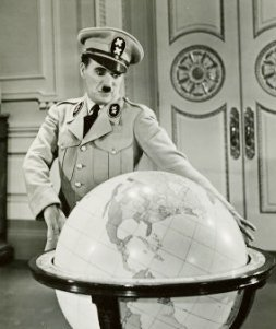 卓別林在《大獨裁者》(The Great Dictator)的場景(取自Wikipedia/Public Domain)