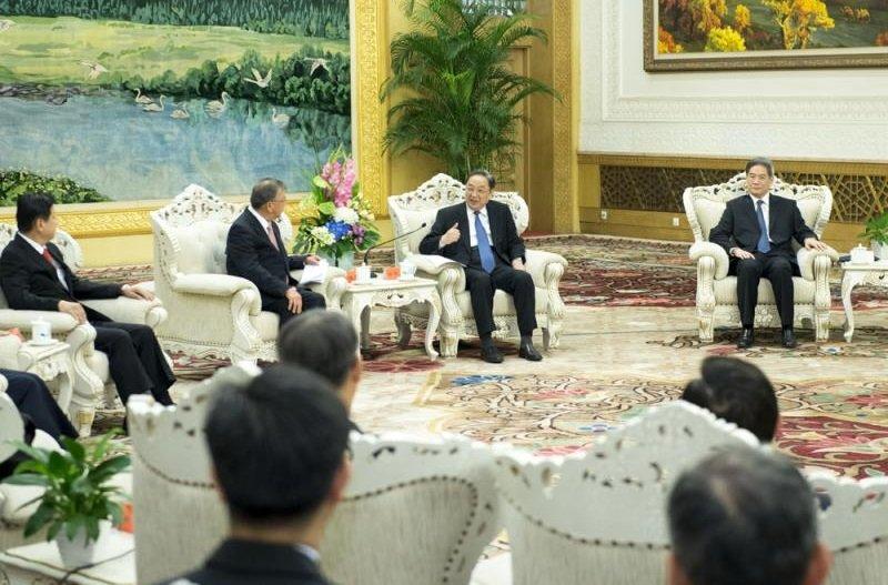 中共中央政治局常委、全國政協主席俞正聲(右二)18日在北京人民大會堂會見台灣縣市長參訪團。(新華社)