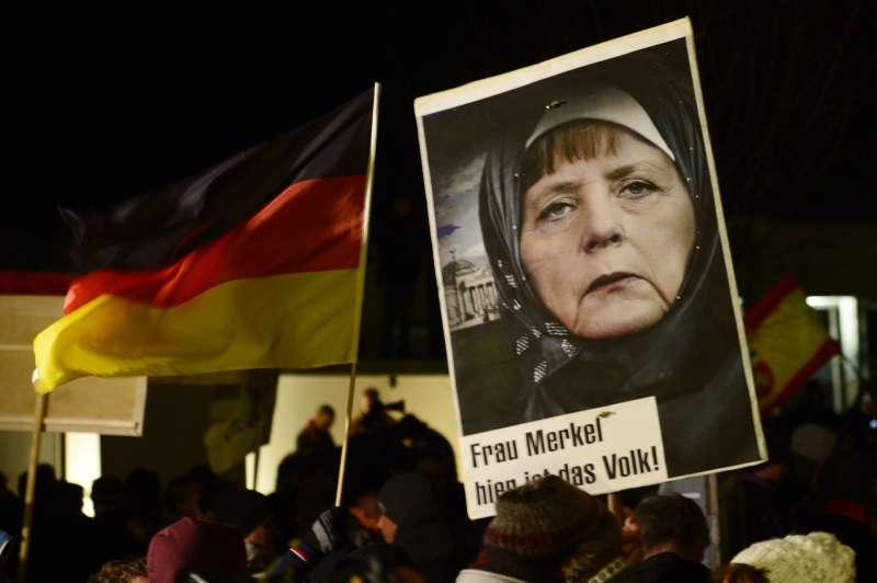 反對接收難民的德國右翼民眾抗議梅克爾難民政策。(美聯社)