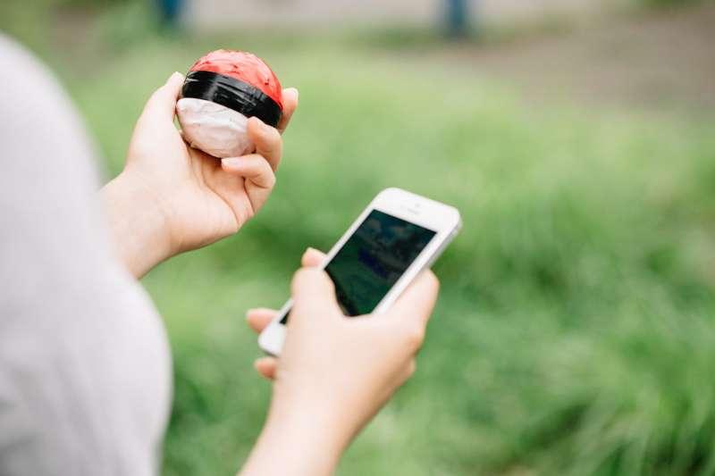 滑手機、pokemon(圖/すしぱく@pakutaso)