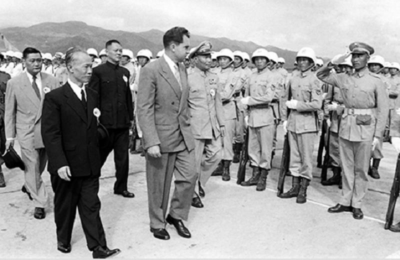 時任副總統的尼克森來台訪問,誰行政院長陳誠(左一)、國防部長周志柔(前排左三)、外交部長葉公超(陳誠後方)等陪同下,接受國軍列隊歡迎。(行政院珍貴史料展官網)