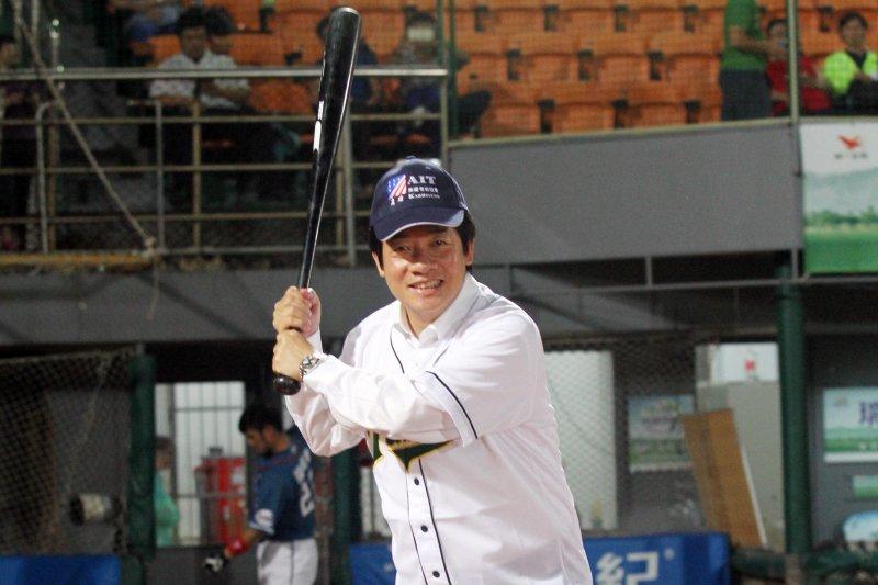 賴清德擔任開場打者。(台南市政府提供)