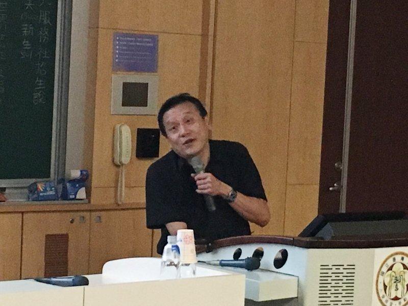 中研院院士朱敬一在台大舉行演講表示,如果有人跟你說他薪資很高,代表他還不夠有錢,台灣最有錢的0.01%富豪靠的不是薪資所得,而是資本所得。(陳耀宗攝)