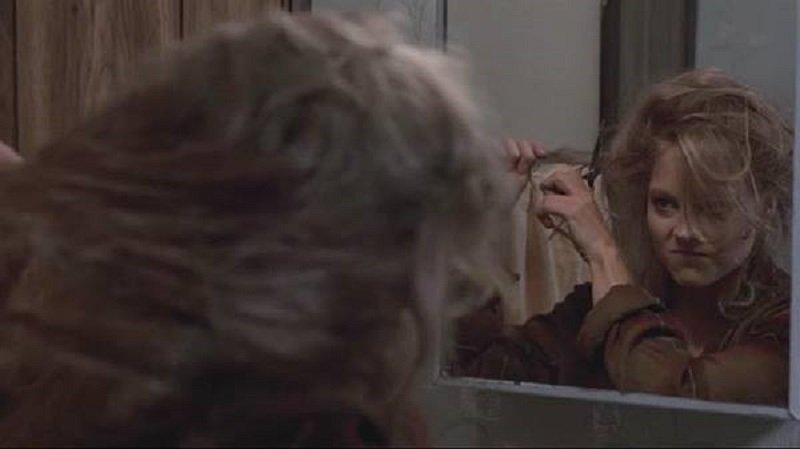 莎拉剪去自己美麗的金髮。