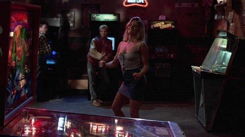 莎拉穿著清涼隨著音樂起舞,周圍環繞著男人的笑容。