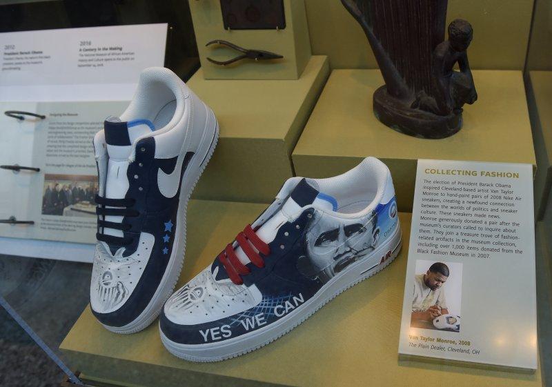 印有歐巴馬肖像的球鞋。(美聯社)