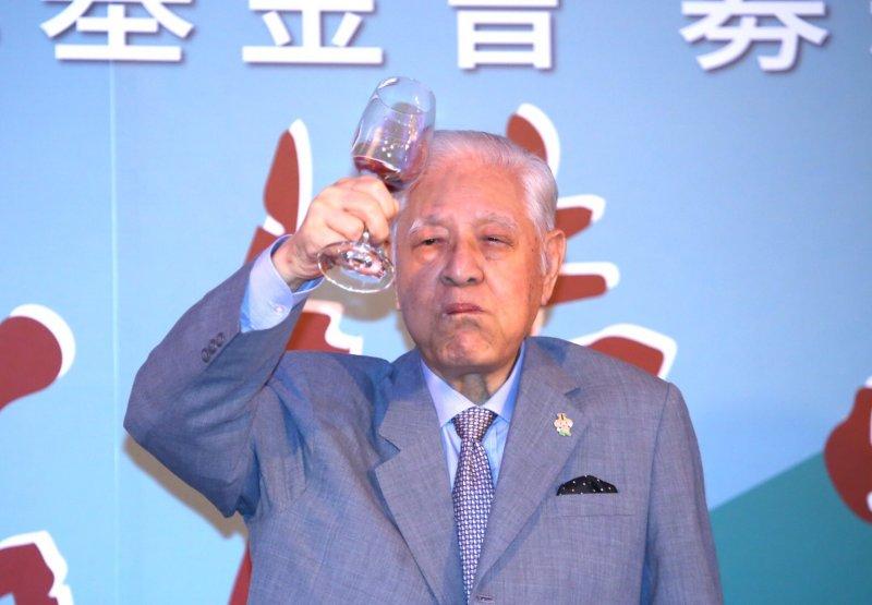 李登輝晚間出席李登輝基金會募款餐會,對於媒體詢問陸客來台人數銳減影響到經濟,該如何面對?李登輝表示,台灣的經濟不用靠中國,應該要鼓勵投資及改革。(蔡耀徵攝)