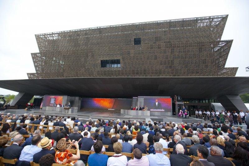 美國黑人歷史文化博物館開幕,吸引大批民眾參觀。(美聯社)