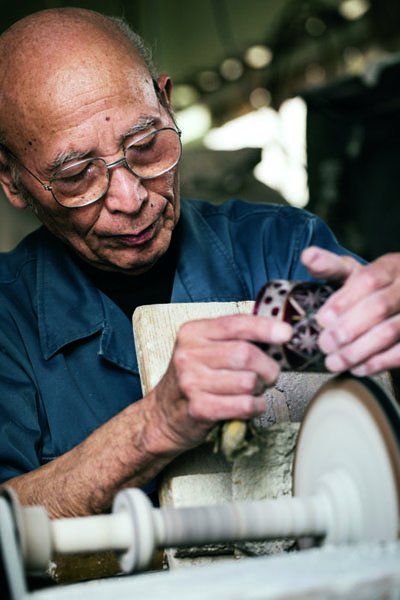 切子名匠三田隆三正用心雕琢。(圖/寫樂文化提供)